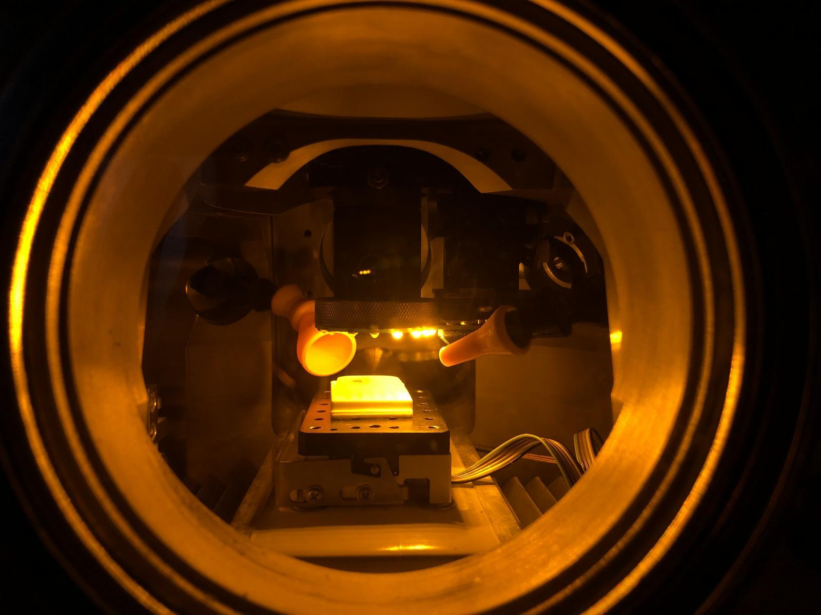Vzorek měkké tkáně srakovinou umístěný vinterakční komoře určené pro analýzu metodou LIBS. Kredit: archiv Pavla Pořízky / CEITEC.